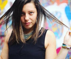 blogger holding hair tips