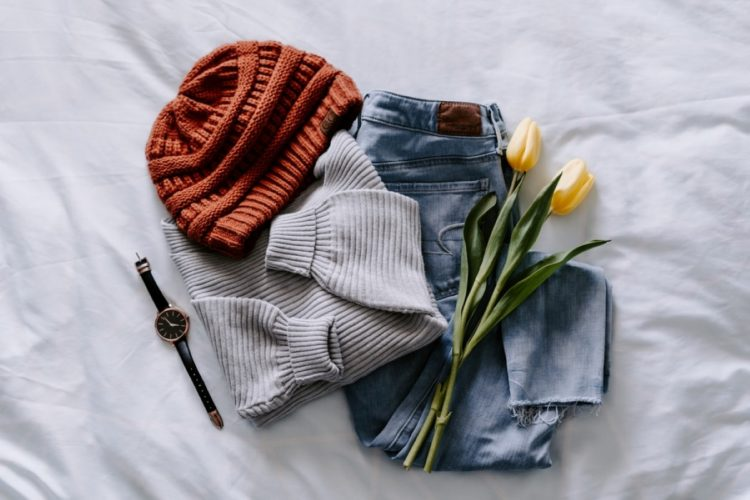A hat, watch, jeans, sweater and a tulip as a gift idea for a writer