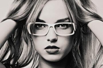 fashion blogger wearing glasses frame