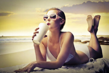 relaxing fashion blogger beach
